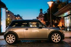 Seitenansicht von Gray Color Mini Cooper Car-Parken auf Straße in Eve stockbild
