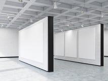 Seitenansicht von Kunstgaleriewänden mit verschiedenen Fahnen Stockbild