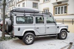 Seitenansicht von Land Rover alles Geländefahrzeugauto Stockfoto
