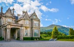 Seitenansicht von Muckross-Haus auf einem sonnigen Morgen, Grafschaft Kerry, Irland stockfotos