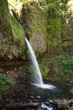 Seitenansicht von Pferdeschwanz-Fällen in den Columbia River Schlucht-Wasserfallbereich von Oregon lizenzfreie stockfotos