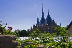 Seitenansicht von Santa Barbaras Kathedrale, Sommerzeit stockfotos