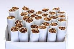 Seitenansicht Zigaretten im Kasten Lizenzfreie Stockbilder