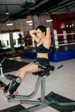 Seitenansichtbild der Sportlerin ein aerobes Training auf Turnhallenanlagen erhalten Stockfotos