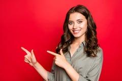Seitenansichtfoto des Profils junger Dame mit moderner gelockter Frisur, lizenzfreies stockfoto