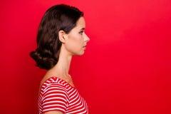 Seitenansichtfoto des Profils starker bereiter Arbeit reizend hübscher Dame, ruhige Ruhe des reizenden Gefühls der Lösung zu löse lizenzfreie stockfotos