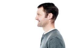 Seitenansichtporträt des lächelnden Mannes lizenzfreies stockfoto