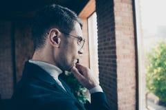 Seitenansichtporträt des Nahaufnahmeprofils des netten hübschen stilvollen intelligenten Kerlhaifischspezialistenführer-Beratergr lizenzfreies stockbild