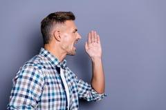 Seitenansichtporträt des Nahaufnahmeprofils von seinem er netter attraktiver gut-gepflegter bärtiger Kerl, der die überprüfte Hem lizenzfreie stockfotos