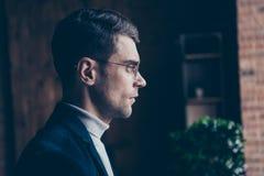 Seitenansichtporträt des Nahaufnahmeprofils von seinem er netter hübscher stilvoller gekümmerter behilflicher Aussenseiterspezial lizenzfreie stockfotografie