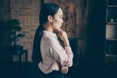 Seitenansichtportr?t des Profils von ihr sie Damenspezialisten-Bankerwirtschaftswissenschaftler des netten attraktiven stilvollen lizenzfreie stockfotos