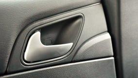 Am Seitenauto-Türschlosshebel in geöffneter Position Stockfotos