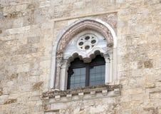Seitenfenster Castel Del Monte in Andria in Südost-Italien lizenzfreie stockfotos