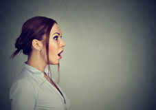 Seitenprofil einer entsetzten Frau Stockfotografie