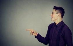 Seitenprofil eines glücklichen Mannes, der Finger auf etwas zeigt Stockfoto