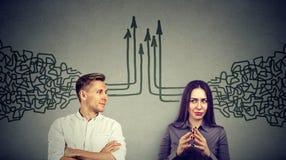Seitenprofil eines Mannes und der Frau, die einander ihre Gedanken zusammenkommend betrachtet Stockbilder