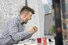 Seitenprofil geschossen vom frustrierten jungen Brünetteunternehmer, schreiend auf seinen Laptop im Büro und in den Klammern die  Lizenzfreies Stockfoto
