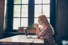 Seitenprofilansichtfoto des schönen starken blonden Tragens Stockfotos