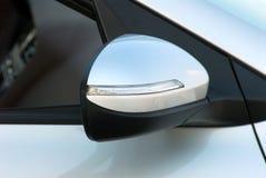 Seitenspiegel mit Blinker eines Autos Lizenzfreies Stockbild
