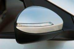 Seitenspiegel mit Blinker eines Autos Stockbild