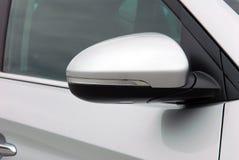 Seitenspiegel mit Blinker eines Autos Stockfoto