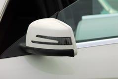 Seitenspiegel mit Blinker eines Autos Stockbilder
