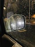 Seitenspiegel-Reflexion auf einer regnerischen Nacht lizenzfreies stockfoto