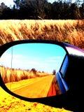 Seitenspiegelschotterwegansicht Stockfoto