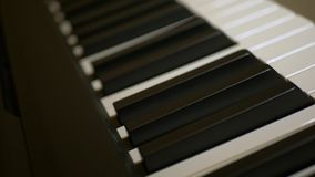 Seitentransportwagengesamtlänge des Klaviers stock video