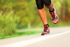 Seitentrieb - Nahaufnahme der laufenden Schuhe Stockbilder