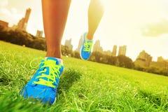 Seitentrieb - Nahaufnahme der laufenden Schuhe Lizenzfreies Stockfoto