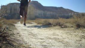 Seitentriebsfüße, die auf Straßennahaufnahme auf Schuh laufen Langsame Bewegung stock footage