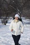 Seitentriebsfrau im Schnee Stockfotografie