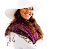 Seitliche Haltung der Frau mit Hut und Stola Lizenzfreie Stockfotografie
