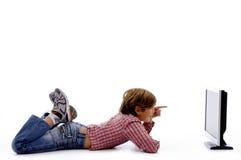 Seitliche Haltung des überwachenden Bildschirms des Jungen stockbild