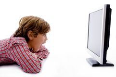 Seitliche Haltung des Jungen lcd-Bildschirm überwachend stockfoto