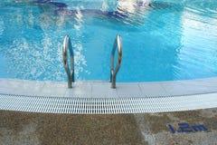 Seitliche Strichleiter des Pools lizenzfreie stockfotos
