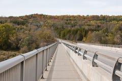 Seitlicher Weg durch die Brücke Stockfotos