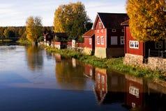 Seitliches Dorf des Flusses Stockfotografie