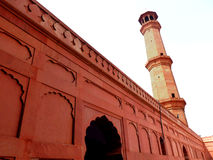 Seitliches Minarett der Badshahi Moschee stockfoto