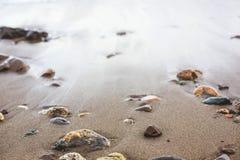 Seixo colorido na praia do mar foto de stock