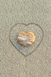Seixo dado forma coração na praia Fotos de Stock Royalty Free