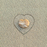 Seixo dado forma coração na praia Imagem de Stock