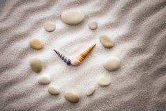 Seixo estilizado do pulso de disparo do seletor e setas dos shell na areia para a concentração e o abrandamento para a harmonia e Fotos de Stock Royalty Free