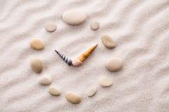 Seixo estilizado do pulso de disparo do seletor e setas dos shell na areia para a concentração e o abrandamento para a harmonia e Foto de Stock Royalty Free