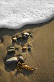 Seixos da praia com ressaca Fotografia de Stock