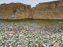 Seixos de vidro no litoral imagem de stock