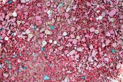 Seixos do mar da cor cor-de-rosa com escudos da cor e do tamanho diferentes fotos de stock