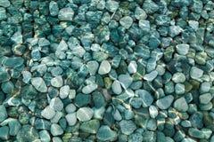 Seixos e rochas sob o fundo da água Imagens de Stock Royalty Free