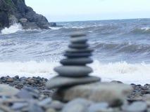 Seixos empilhados em uma praia Fotos de Stock Royalty Free